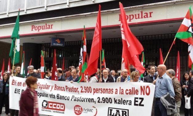 Nueva concentración de trabajadores de Banco Popular en Bilbao, en protesta por despidos y cierre de oficinas