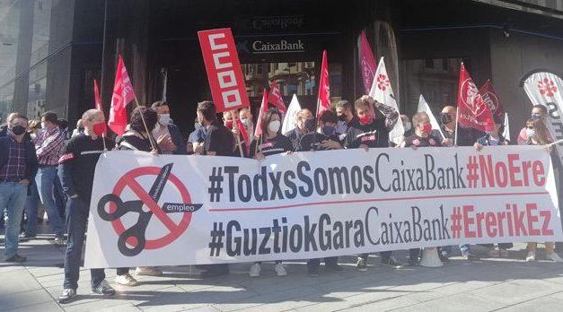"""La plantilla de CaixaBank, en huelga para protestar por el ERE """"salvaje"""" con 69 despidos en Navarra"""