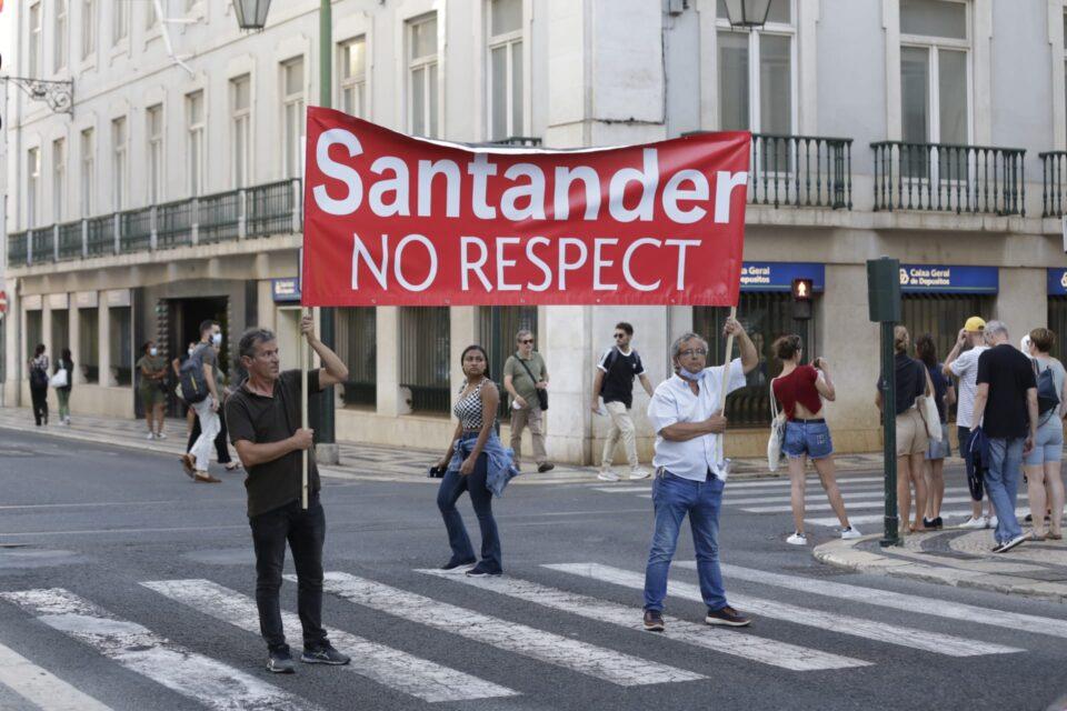 Los trabajadores y trabajadoras del Banco Santander Portugal y BCP salen a la calle en defensa de sus empleos