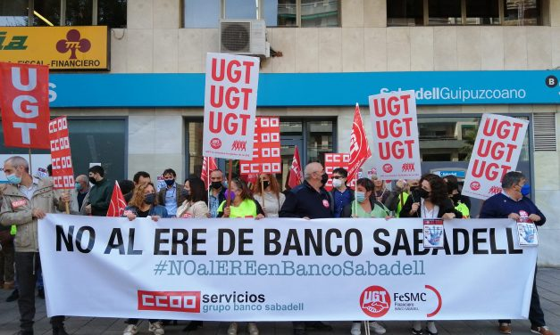 """La plantilla del Banco Sabadell de La Rioja, se moviliza contra el ERE: """"aquí no sobra nadie"""""""
